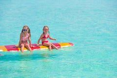 Маленькие прелестные девушки на surfboard в Стоковые Фото