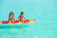 Маленькие прелестные девушки на surfboard в Стоковые Фотографии RF