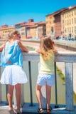 Маленькие прелестные девушки принимая selfie в Пизе, Италии Фото о европейских каникулах Стоковые Фото