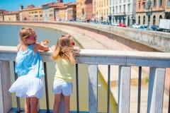Маленькие прелестные девушки принимая selfie в Пизе, Италии Фото о европейских каникулах Стоковое Изображение RF