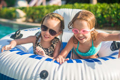 Маленькие прелестные девушки плавая в плавательном бассеине Стоковое Фото