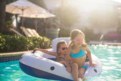 Маленькие прелестные девушки плавая в плавательном бассеине Стоковое Изображение