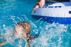 Маленькие прелестные девушки плавая в плавательном бассеине Стоковые Изображения RF
