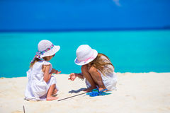 Маленькие прелестные девушки рисуя изображение на белизне Стоковое Изображение
