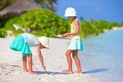 Маленькие прелестные девушки рисуя изображение на белизне Стоковая Фотография RF