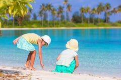 Маленькие прелестные девушки рисуя изображение на белом пляже Милые дети на летних отпусках на Мальдивах Стоковое Изображение RF