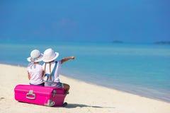 Маленькие прелестные девушки с большим чемоданом дальше Стоковая Фотография RF