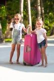 Маленькие прелестные девушки с большим чемоданом дальше Стоковые Фотографии RF