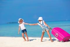 Маленькие прелестные девушки с большим чемоданом дальше Стоковое фото RF
