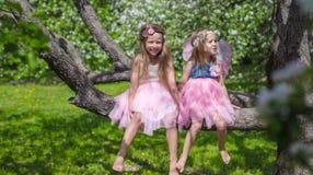 Маленькие прелестные девушки с крылами бабочки дальше Стоковая Фотография RF