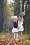 Маленькие прелестные девушки outdoors на теплое солнечном Стоковое Изображение RF