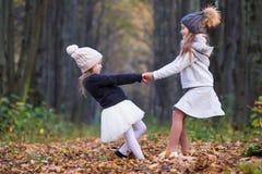 Маленькие прелестные девушки outdoors на теплое солнечном Стоковое Фото