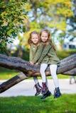 Маленькие прелестные девушки outdoors на теплое солнечном Стоковые Фото