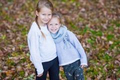Маленькие прелестные девушки outdoors на теплое солнечном Стоковые Изображения RF