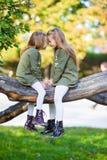 Маленькие прелестные девушки outdoors на теплое солнечном Стоковое Изображение