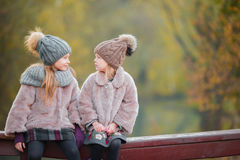 Маленькие прелестные девушки outdoors на теплом дне осени Стоковая Фотография RF