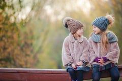 Маленькие прелестные девушки outdoors на теплом солнечном дне осени Стоковое Фото