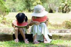 Маленькие ребеята есть арбуз Стоковые Фото