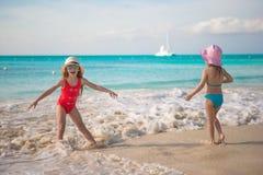 Маленькие ребеята играя в мелководье на экзотическом Стоковые Фотографии RF