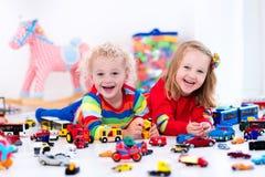 Маленькие ребеята играя с автомобилями игрушки Стоковое фото RF