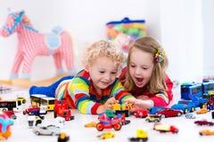 Маленькие ребеята играя с автомобилями игрушки Стоковая Фотография RF