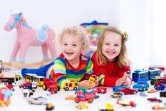 Маленькие ребеята играя с автомобилями игрушки Стоковые Изображения RF