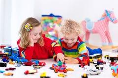 Маленькие ребеята играя с автомобилями игрушки Стоковые Фото