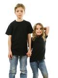 Маленькие ребеята нося пустые черные рубашки стоковое изображение