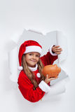 Маленькие сбережения девушки santa на подарки на рождество Стоковые Фотографии RF