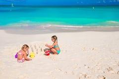 Маленькие сестры играя с игрушками пляжа во время Стоковое Изображение RF