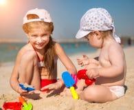 Маленькие сестры на пляже Стоковые Изображения RF
