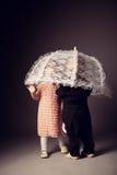 Маленькие смешные мальчик и девушка под зонтиком стоковое фото rf