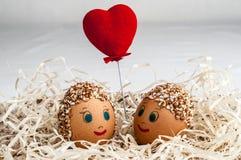 Маленькие люди от яичек и красного сердца Стоковое фото RF