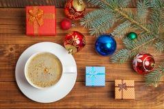 Маленькие coorful подарочные коробки, игрушки рождества, ель ветви и c Стоковые Изображения
