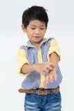 Маленький азиатский мальчик с стороной улыбки на серой предпосылке Стоковые Фотографии RF