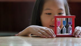 Маленький азиатский ребенок смотря часы видеоматериал