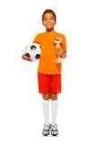 Маленький африканский мальчик держа футбольный мяч и приз Стоковое фото RF