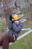 Маленький альпинист идет препятствие зигзага Стоковое Изображение