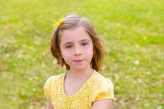 Маленький белокурый портрет девушки в парке стоковая фотография