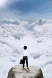 Маленький бизнесмен стоя на горе Стоковая Фотография RF
