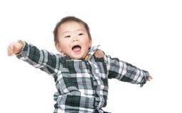 Маленький возбужденный ребенок стоковая фотография