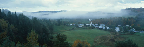 1 маленький город в холмах долины Стоковое фото RF