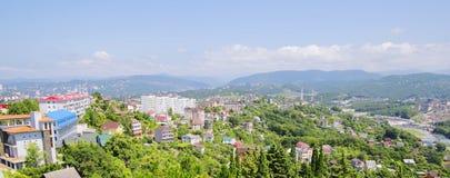 Маленький город на предпосылке гор Стоковые Изображения RF