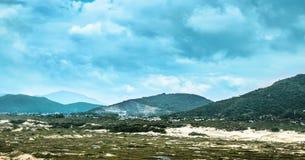 Маленький город среди песка, гор и красивого сизоватого неба стоковое изображение rf