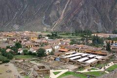 Маленький город Ollantaytambo, Перу в священной долине Стоковое Фото