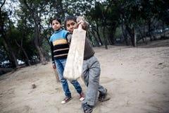 Маленький индийский мальчик играя игру в Агре стоковая фотография