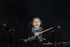 Маленький кавказский барабанщик девушки laughting Стоковое Изображение