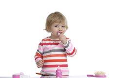 Маленький малыш играя с игрушками состава дальше стоковое изображение