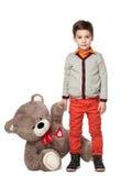 маленький мальчик брюнет держа игрушку плюшевого медвежонка Стоковая Фотография