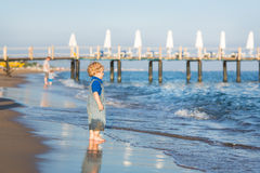 Маленький мальчик малыша имея потеху на пляже в лете Стоковое Изображение